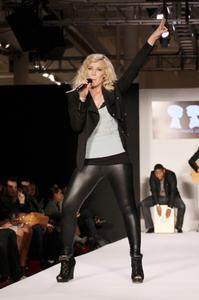 Natasha Bedingfield - Performing at Boy Meets Girl in Latex Leggings x20