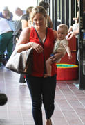 http://img277.imagevenue.com/loc580/th_470506162_Hilary_Duff_heads_to_Babies_First_Class13_122_580lo.jpg